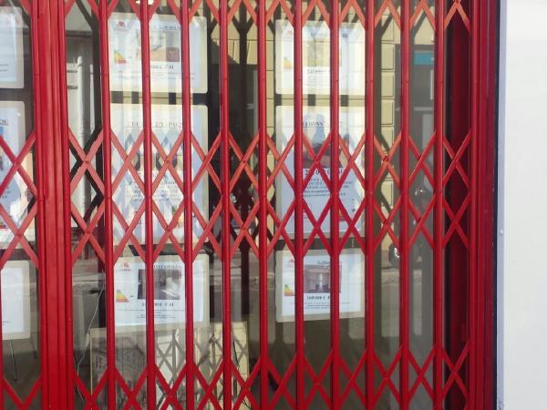 Pose grille extensible pour agence immobilière à Marseille