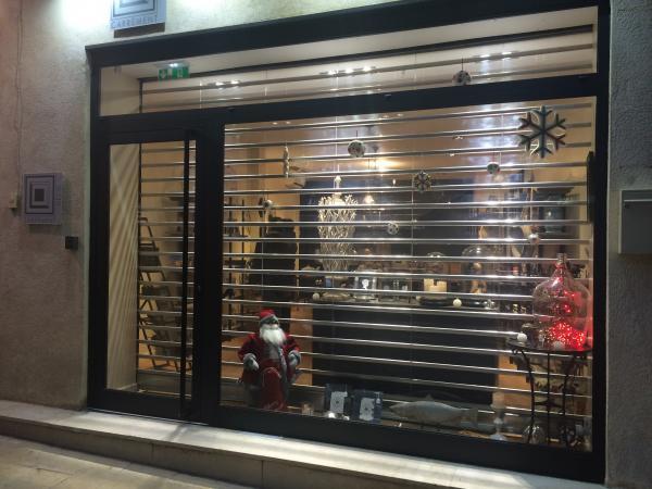 Rideau métallique à lames polycarbonate pour un magasin à La Ciotat